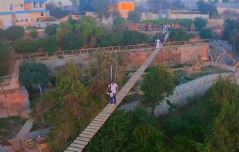 جسر معلّق في السعودية يتحرك كلما هبت الرياح