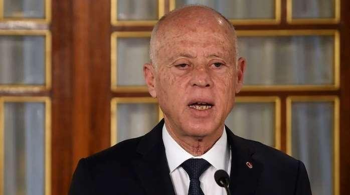 """مغردون يصفون قرارات الرئيس التونسي بـ""""مجزرة بحق الدستور"""