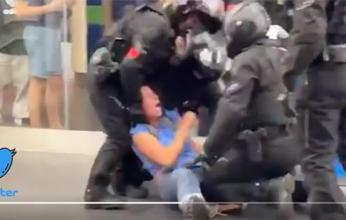 فيديو| اعتداء الشرطة الفرنسية على آمرأة يُثير الغضب بمواقع التواصل
