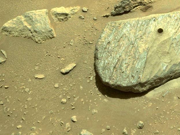 صورة الصخرة التي قامت المركبة بالحفر فيها لإستخراج العينة في 1 سيتمبر 2021