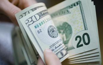 هبوط الدولار عن قمة شهر والبحث عن الأمان يرفع الين والفرنك