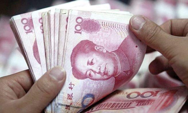 لهذا السبب.. رجل يجبر موظفي بنك على سحب 5 ملايين يوان وعدها ورقة ورقة